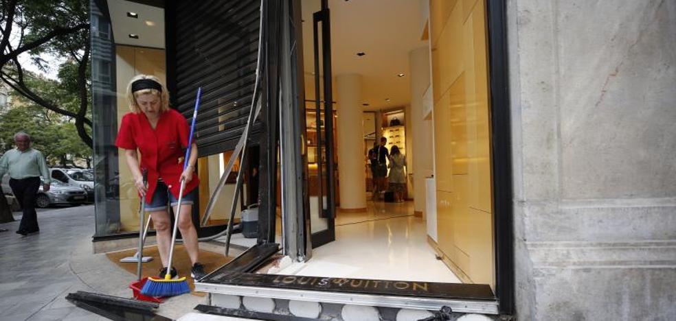 018d96384 Alunizaje | Roban en la tienda de Louis Vuitton en Valencia tras estrellar  el coche contra la puerta | Las Provincias