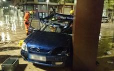 Una joven y una menor, heridas al estrellar su coche contra una escultura en el centro de Gandia