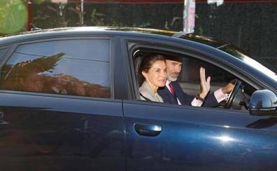 Los reyes llevan a la princesa Leonor y su hermana Sofía al colegio el primer día de clase