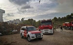 Los bomberos continuarán por la noche sofocando el incendio en el ecoparque de Benissa