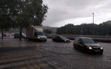 Vehículos atrapados por el agua y un incendio provocado por un rayo