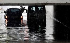 La tromba de agua derriba árboles, anega túneles y colapsa el tráfico