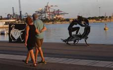 Unas esculturas con escenas sexuales en la Marina causan polémica entre las familias