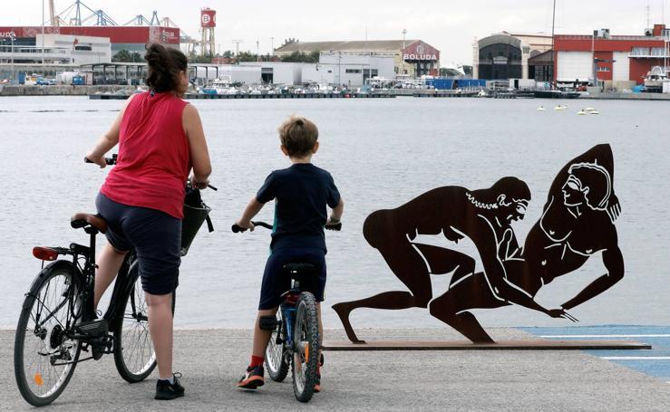 Unas esculturas con escenas sexuales en la Marina de Valencia causan polémica entre las familias