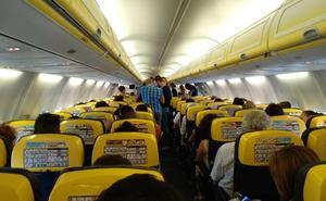 Ryanair deja encerrados a 180 viajeros en el aeropuerto de Manises por unas maniobras militares