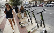 La tasa a motos, coches y patinetes se guiará por el precio de vados y terrazas