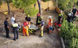 Una manguera salva la vida a una anciana de 80 años tras caer en un pozo