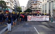 Una manifestación de bomberos forestales corta la calle Colón de Valencia