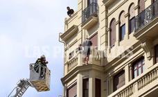 Rescatado un hombre que amenaza con lanzarse al vacío desde un edificio del centro de Valencia