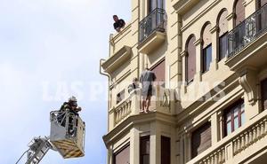 Los bomberos evitan que un hombre se lance desde un sexto piso en el centro de Valencia
