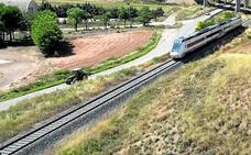 El AVE a cámara lenta: un tractor adelanta en Teruel a un tren de alta velocidad
