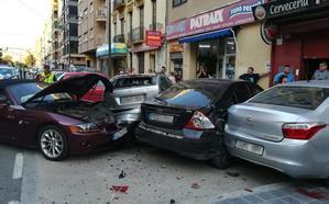 Un coche choca contra varios vehículos aparcados en la avenida de Gaspar Aguilar