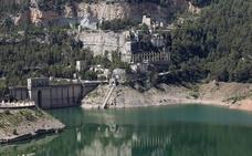 La cementera abandonada de Benagéber, una fortaleza industrial entre montañas