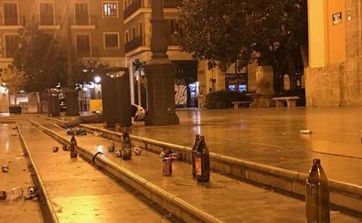 La plaza de la Virgen, repleta de basura por una fiesta
