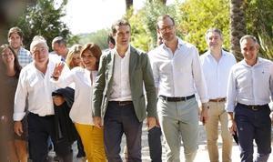 Casado elogia el papel de González Pons en pleno debate sobre el candidato a la alcaldía de Valencia