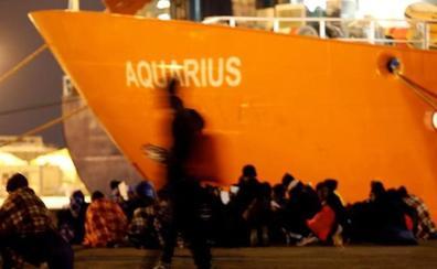 El 'Aquarius' rescata a 47 migrantes a punto de hundirse en el Mediterráneo