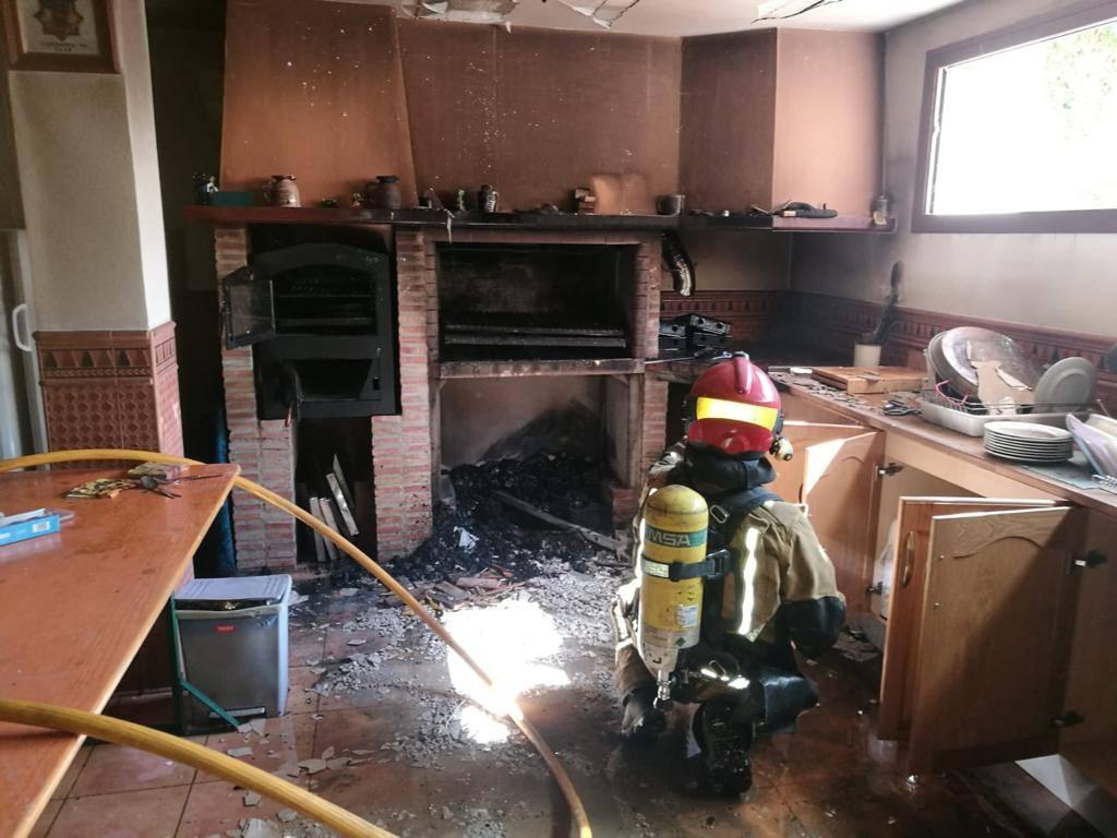 Los bomberos extinguen un incendio en un chalé de Calp
