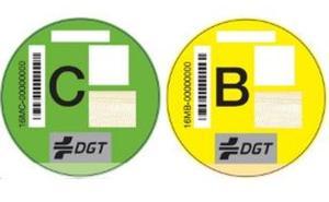 Las etiquetas de la DGT ya se pueden comprar en las oficinas de Correos