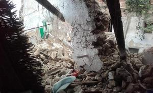 Derrumbe parcial de tres viviendas de Chiva tras caer el forjado de una de ellas