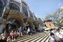 El abandono y la suciedad se adueñan de las fachadas del Mercado Central