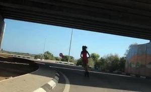 La Guardia Civil identifica al joven que circuló con un patinete por una autovía