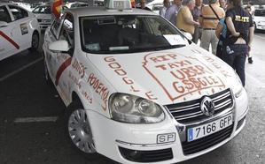 El taxi denuncia ante la CNMC la «huelga a la japonesa» de Uber y Cabify
