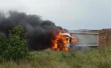 Un tráiler se incendia al salirse de la carretera CV-50 en Guadassuar