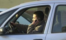 La DGT propone quitar medio carné por el uso del móvil al volante