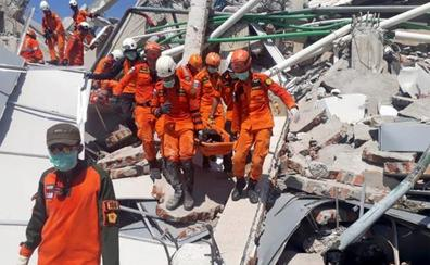 Sube a 1.407 la cifra de muertos por el terremoto y el tsunami en Indonesia