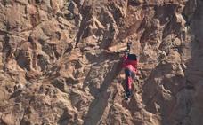 Rescatado un joven colgado a 100 metros cuando intentaba un salto base en Redován