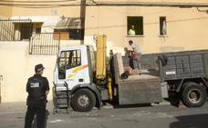 Paterna comienza a tapiar los pisos de la 'finca del miedo' para frenar las ocupaciones ilegales