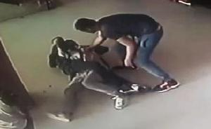 Así roban el móvil a un turista en Valencia con el método del estrangulamiento