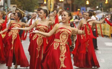 Espectacular desfile de moros y cristianos del 9 d'Octubre en Valencia