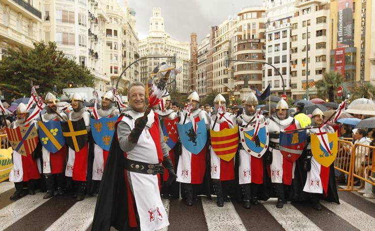 Los moros y cristianos desfilan por Valencia