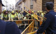 Bomberos forestales y miembros de Jusapol protestan junto al Palau de la Generalitat