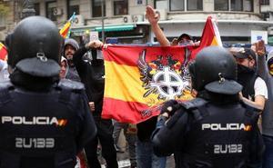 Manifestantes de ultraderecha lanzan gas pimienta y fuerzan una carga policial