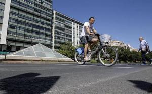 Los ciclistas podrán cruzar por los pasos de peatones en Valencia sin bajar de la bicicleta