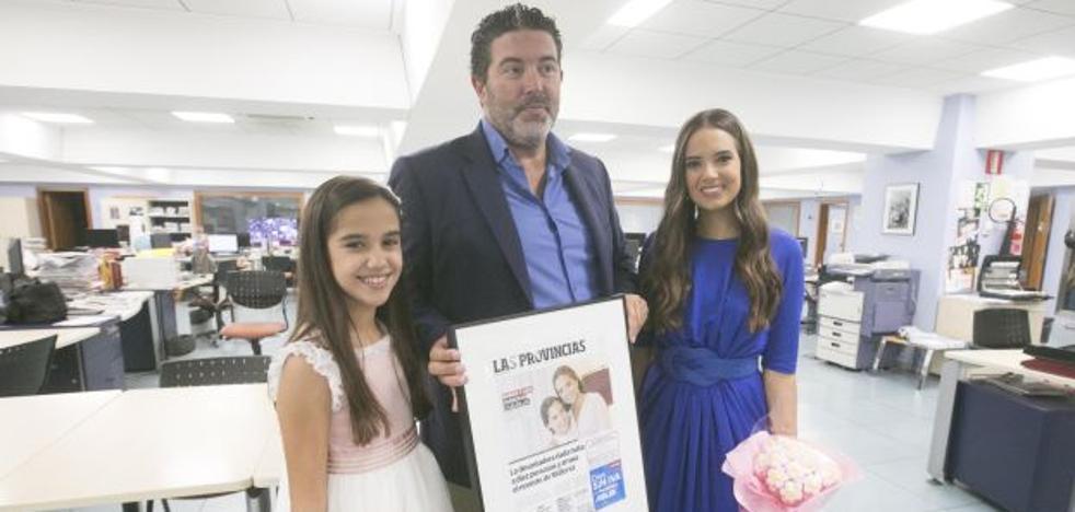 Marina Civera y Sara Larrazábal reciben un cuadro con la portada de LAS PROVINCIAS que inmortaliza los primeros minutos del reinado