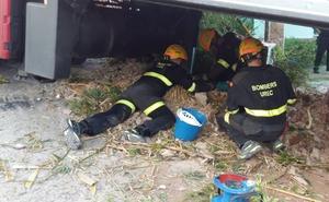 Un camión queda atrapado 20 horas y aísla a una urbanización de Sagunto