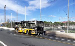 Arde un autobús de línea frente a la ciudad deportiva del Valencia CF