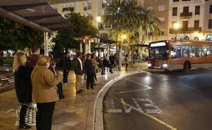 ENCUESTA | ¿Le parece bien que se pueda volver a aparcar en el carril bus fuera del horario de la EMT?