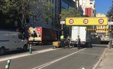 Un camión atascado bloquea el túnel de Guillem de Castro