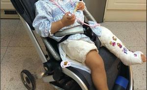 Un conductor de la EMT se resiste a bajar la rampa para una bebé escayolada