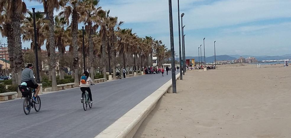 Amenaza con una navaja y un palo a un grupo de jóvenes en el Paseo Marítimo de Valencia