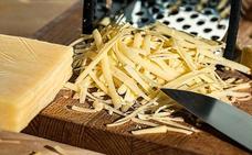 La técnica que demuestra que llevas rallando mal el queso toda la vida