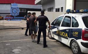 La Policía Nacional detiene in fraganti en Dénia a dos ladrones que habían robado en una casa y un establecimiento comercial