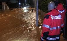 Evacuaciones y urbanizaciones anegadas en una noche tensa por los aguaceros de la gota fría en Castellón