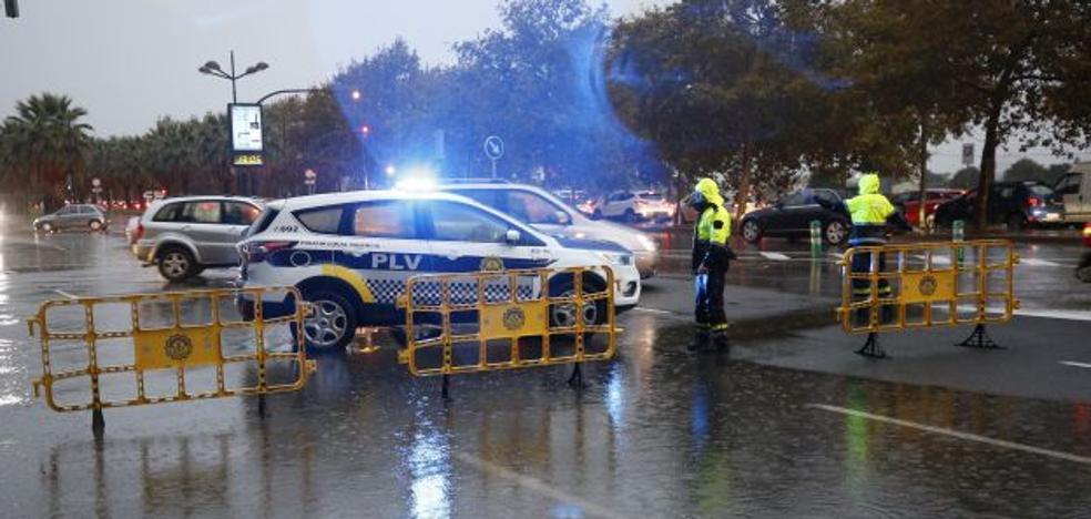 Cuatro incendios de vehículos y una decena de achiques por inundación de la gota fría en la ciudad de Valencia