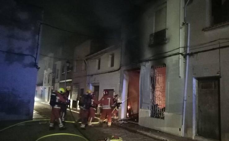 Rescate en el incendio de una casa en Albalat de la Ribera
