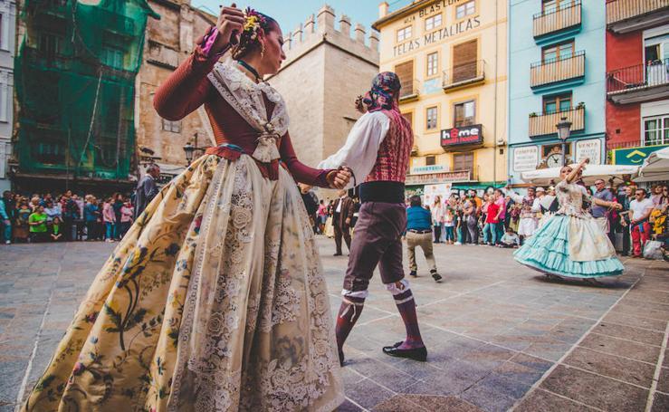 Dansà fallera histórica ante la Lonja de Valencia